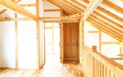 自然模様を楽しむ樺の床と将来を見据えた家